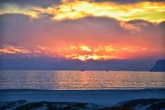 Playa de Coronado en San Diego por el del histórico Coronado del hotel, en la puesta del sol con las dunas de arena únicas de la  fotos de archivo libres de regalías