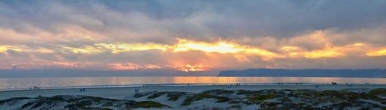 Playa de Coronado en San Diego por el del histórico Coronado del hotel, en la puesta del sol con las dunas de arena únicas de la  imagenes de archivo