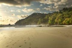 Playa de Costa Rica en la puesta del sol imagen de archivo