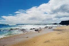 Playa de cristal imponente cerca de la ciudad de Allen del puerto en Kauai Imagen de archivo