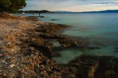 Playa de Croacia en la puesta del sol Fotos de archivo