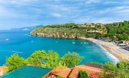 Playa de di campo del puerto deportivo en Elba Island, Toscana, Italia imagen de archivo libre de regalías