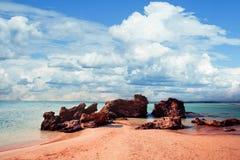 Playa de Elafonissi de la señal de Creta con la arena rosada, el mar azul y el cielo de la nube Crete, Grecia imagen de archivo