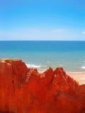 Playa de Falesia en el rojo I imagen de archivo libre de regalías