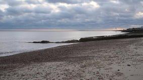 Playa de Felixstowe con el cielo nublado hermoso almacen de video