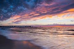 Playa de Glenelg en la puesta del sol, sur de Australia foto de archivo libre de regalías