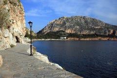 Playa de Grecia, de Nauplio y castillo Imágenes de archivo libres de regalías