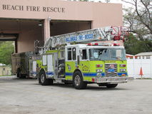 Playa de Hallandale - coche de bomberos y estación Foto de archivo