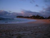 Playa de Hawaii en la puesta del sol foto de archivo