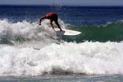 Playa de hombres de la persona que practica surf australiana Fotos de archivo libres de regalías