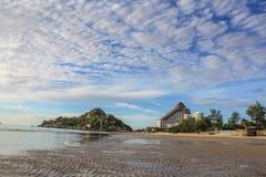 Playa de Hua Hin de la mañana de la luz del sol Fotos de archivo libres de regalías