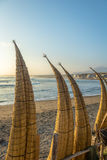 Playa de Huanchaco y los barcos y el x28 de lámina tradicionales; caballitos de totora& x29; - Trujillo, Perú foto de archivo