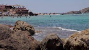 Playa de Ibiza del conta de Cala, gente que se baña en las playas del ibiza almacen de metraje de vídeo