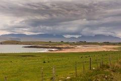 Playa de Inverasdale a lo largo de la oveja del lago, nanovatio Escocia Imagen de archivo