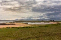 Playa de Inverasdale a lo largo de la oveja del lago, nanovatio Escocia Foto de archivo libre de regalías