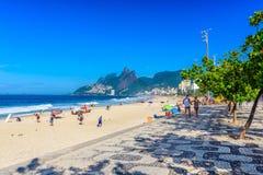 Playa de Ipanema con el mosaico de la acera en Rio de Janeiro imágenes de archivo libres de regalías