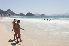 PLAYA DE IPANEMA, RIO DE JANEIRO, EL BRASIL - NOVIEMBRE DE 2009: dos muchachas Imagen de archivo libre de regalías