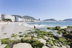 PLAYA DE IPANEMA, RIO DE JANEIRO, EL BRASIL - NOVIEMBRE DE 2009: en de la gente Imagen de archivo libre de regalías