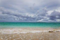 Playa de Kailua con agua hermosa de la turquesa en la isla de Oahu imagenes de archivo