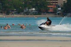 Playa de KATA, Phuket 17 de noviembre de 2016: Hora hacia fuera para el esquí del jet Imágenes de archivo libres de regalías