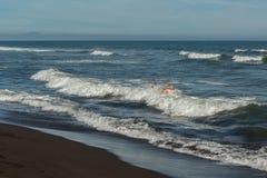 Playa de Khalaktyrsky con la arena negra El Océano Pacífico lava la península de Kamchatka Imagenes de archivo