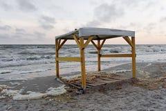 Playa de Koblevo con el gazebo en la tarde en Ucrania foto de archivo