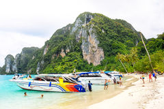 Playa de Koh Phi Phi Don Apresure los barcos y los conductores que esperan a turistas en la playa imagen de archivo libre de regalías