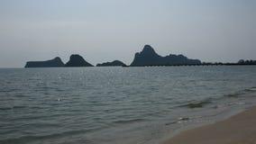Playa de Krut de la prohibición en Prachuap Khiri Khan, Tailandia almacen de video
