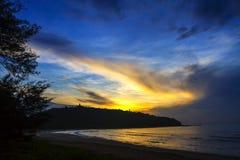 Playa de Krut de la prohibición de la playa, silueta de la salida del sol Foto de archivo