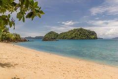 Playa de la arena blanca en Krabi imagenes de archivo