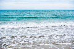 Playa de la arena con el océano azul Fotos de archivo
