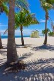 Playa de la arena con las palmeras y la torre del lifegard Foto de archivo libre de regalías