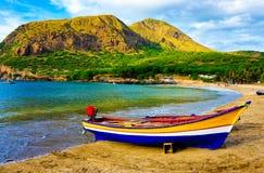 Playa de la arena del amarillo de la ensenada de Tarrafal, barco de pesca colorido, Cabo Verde Imagen de archivo