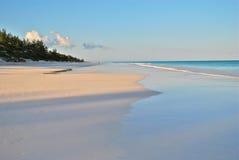 Playa de la arena del color de rosa de la isla del puerto Fotos de archivo libres de regalías