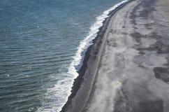 Playa de la arena del negro de Islandia Fotos de archivo libres de regalías