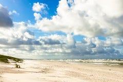 Playa de la arena en el mar Báltico imagenes de archivo