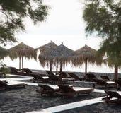 Playa de la arena negra debajo del sol de la mañana foto de archivo libre de regalías