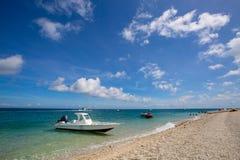 Playa de la arena y cielo azul Fotos de archivo libres de regalías