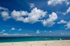Playa de la arena y cielo azul Imagen de archivo