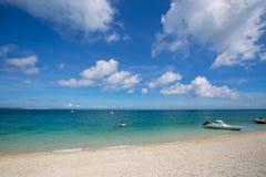 Playa de la arena y cielo azul Imágenes de archivo libres de regalías