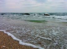 Playa de la arena y rocas costeras Imagenes de archivo
