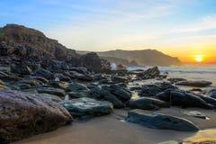 Playa de la bahía de Dunquin en la puesta del sol en Irlanda. Imagenes de archivo