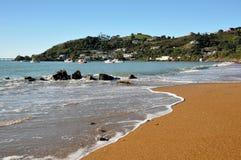 Playa de la bahía de Moeraki y barcos de pesca, Nueva Zelandia Fotos de archivo
