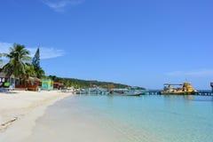 Playa de la bahía del oeste en el ¡n, Honduras de Roatà Fotos de archivo