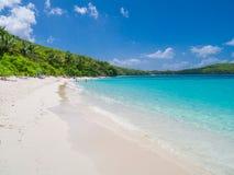 Playa de la bahía de Hawksnest en el parque nacional de las Islas Vírgenes de los E.E.U.U. en St John en las Islas Vírgenes de lo fotografía de archivo libre de regalías