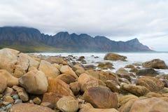 Playa de la bahía de Kogel, situada a lo largo de la ruta 44 en la zona oriental de la bahía falsa cerca de Cape Town, Suráfrica fotos de archivo