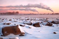 Playa de la brujería africana con las piedras grandes en una puesta del sol rosada fotos de archivo