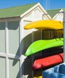 Playa de la cabina y kajaks coloridos Imagen de archivo