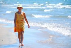 Playa de la caminata de la muchacha Imágenes de archivo libres de regalías