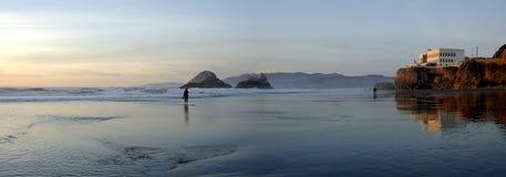 Playa de la casa del acantilado Imagen de archivo libre de regalías